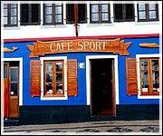 Açores, Un fascinant paradis naturel - par Dominique Krauskopf, Voyager Pratique | A 1 500 km au large de Lisbonne, l'archipel des Açores aux nuances vertes, bleues ou noires se révèle un bijou de la nature intact et émerveille les visiteurs. En plein océan Atlantique émergent les Açores composées de trois groupes d'îles d'origine volcanique. Il y a le groupe central, constitué par les îles de Terceira, Graciosa, Faial, São Jorge et Pico... Photo: Cafe_Sport_facade