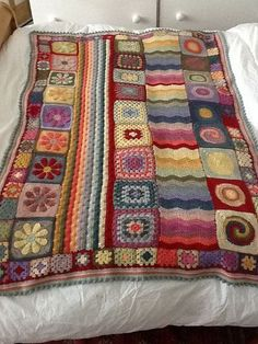 crochet blanket with pattern. This is crazy cool maybe one day i will do a granny square blanket Crochet Afghans, Motifs Afghans, Crochet Motifs, Crochet Squares, Crochet Granny, Crochet Stitches, Crochet Patterns, Granny Squares, Crochet Blankets
