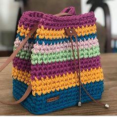 Source Board : Ganchillo The post Bolsa de croche colorida appeared first on FEMALE & BEAUTY. Crochet Backpack Pattern, Crochet Pouch, Bag Pattern Free, Easy Crochet Stitches, Easy Crochet Patterns, Crochet Designs, Crochet Ideas, Crochet Crafts, Crochet Yarn
