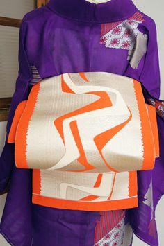 オレンジとシルバーのバイカラーで織り出されたアールデコ・アールヌーボーデザインや、ミッドセンチュリーモダンデザインを思わせる抽象デザインが印象的な単帯です。 2 Colours, Kimono, Japan, Cool Stuff, Bags, Color, Fashion, Handbags, Moda