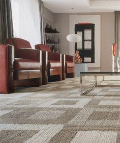 O tapete de náilon de 6 x 4 m (Avanti) domina a sala de estar criada pela dupla Olegário Sá e Gilberto Cioni. Para que a estampa com quadrados beges e marrons fique ainda mais à vista, eles escolheram uma mesa de centro com tampo de vidro.