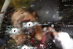Cadáver de un sicario muerto en Juagapeo, México (Reuters/Leovigildo Gonzalez) // via:Las 50 mejores fotografías del 2012 (Primera Parte) | Pijamasurf