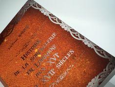 """Impression quadrie sur carte couché 255g pelliculage velours ou """"peau de pêche"""" et encre transparente par-dessus (30 couches). Pour roman en dos carré collé A5. #softtouch #transparentink #encretransparente #livre #velours #raised #relief Relief, Couches, Roman, White Ink, Special Effects, Impressionism, Velvet, Canapes, Couch"""