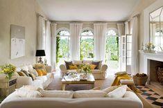 """Un gran estar  Gracias a tres sofás distribuidos en """"U"""". Banqueta de lino y roble de Pantay. Cojines de Gastón y Daniela y Güell-Lamadrid. El mueble"""