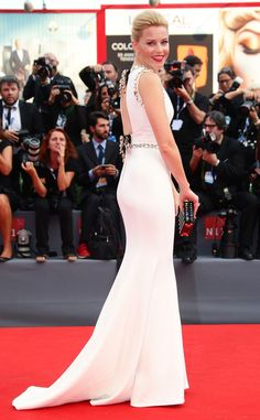 Elizabeth Banks instantly turned heads in a crisp white Dolce & Gabbana number at the Venice Film Festival 2015.