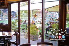 Con viento sur y un poco de sol la terraza del #vamosalbully #Donostia #sanSebastian se viste de primavera en pleno Febrero... Aprovecha mientras puedas que va a durar poco. Puedes venir a comer y elegir; dentro o terraza Tú que eliges?