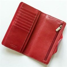 Leather and purses go hand in hand. Most of the women purses are made of leather. Leather purses are. Leather Wallet Pattern, Leather Clutch Bags, Leather Purses, Wallet Chain, Purse Wallet, Diy Purse, Small Coin Purse, Fossil Wallet, Best Purses