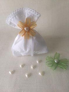 Sacchetti per confetti in sangallo  bianco con merletto in cotone e fiore in chiffon con cuore