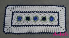 Passadeira em crochê. Possui 5 flores. 3 no tom de azul mesclado e 2 em azul escuro, mesmo tom dos detalhes do tapete.    Pode ser feito na cor desejada pelo cliente, porém no azul, tenho 2 disponíveis a pronta entrega.