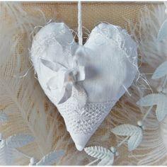Romantisches Herz aus weißem Vintage Leinen, verziert mit Vintage Spitzen, Effektgarn, Stoffblüte und Perlen♥