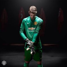 David De Gea in Manchester United new 2014/15 goalkeeper home kit. #MUFC #MANUTD pic.twitter.com/5c5Oi9P4Xb