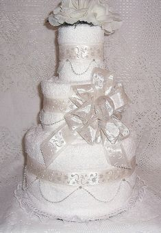 Wedding Shower Towel Cake Centerpiece...will be making one of this for a gift to the next wedding i go to :)