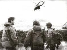 Argentine commandos, Major Mario Castagneto head of the 601 Commando Company with his commanding soldiers and carries a M-16 rifle. Falklands War, 1982.