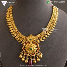 Embrace your neck with this antique gold choker necklace, inspired by supremacy, crafted with emerald & ruby stones. Check out our best collections here and buy an antique gold necklace online. Gold Temple Jewellery, Gold Jewellery Design, India Jewelry, Gold Bridal Earrings, Gold Choker, Indian Gold Necklace Designs, Gold Jewelry Simple, Antique Necklace, Short Necklace