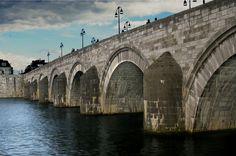De Sint-Servaas brug in Maastricht is gebouwd op de plek waar een Romeinse brug lag