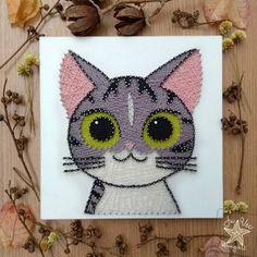 Digam olar pra Nix. Esse quadro foi um presente para uma querida amiga. O desenho foi adaptado da animação japonesa Chi's Sweet Home, da ilustradora Kanata Konami . . . Entrega para todo o Brasil, via PAC-Correios . . #juvec #stringart #juvecstringart #gato #gatos #cat #cats #catsofinstagram #artesanato #art #arte #craft #crafts #designdeinteriores #madeira #wood #handmade #woodworking #instacat #painting #decoration #decoracao #quadro #nature #natureza #pets #pet #bobtail