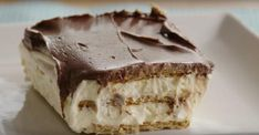 Eclair Cake: We used to make this all the time! We used a homemade chocolate fudge sauce over the top, and, yes, it was - over the top! Cold Desserts, No Bake Desserts, Eclair Cake Recipes, Bowl Cake, Fudge Sauce, Caking It Up, Cake Tins, Vegetarian Chocolate, Savoury Cake