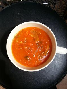 Zoals ik al eerder vertelde ben ik gek op soep. Groentesoep, tomaten-groentesoep of bietensoep, heerlijk! Binnenkort zet ik het recept voor avocadosoep online, maar eerst: Pure tomatensoep! Ingredi...