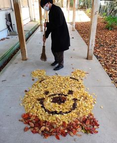 The fallen tree leaves that hit the ground are automatically materials for vibrant art in Japan.
