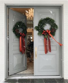 Front door color: Iced marble by Benjamin Moore. House is Rachel Parcell. Outdoor Christmas, Christmas Home, Christmas Holidays, Pink Christmas, Front Door Christmas Decorations, Christmas Wreaths, Christmas Front Doors, Las Mercedes, Seasonal Decor