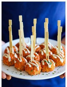 Kipballetjes in kerriesaus: Ingrediënten: voor 12 stuks 300 gr kippengehakt 50 gr paneermeel 1 eidooier olijfolie extra virgin 1 scheutje olijfolie met knofloo