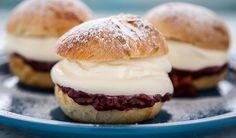 Fastelavnsboller med kremfyll og syltetøy Hamburger, Food To Make, Bread, Baking, Desserts, Recipes, Cakes, Pies, Mudpie