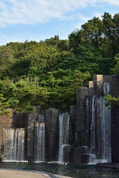 안양예술공원에 갔다.  하늘이 청명하고 공기가 좋았다.  인공폭포가 작동 중이어서 가볍게 셔터를 눌렀다. 정면에서 찰칵. 측면에서 찰칵. 기분 좋은 산책이었다. Landscape Walls, Landscape Design, Feature Wall Design, Water Effect, Architectural Sculpture, Water Walls, Garden Fountains, Beautiful Buildings, Water Features