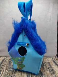 Crazy Trolls Birdhouse Bag voor breiers of hakers, Vogelhuis Breitas/projecttas, helemaal gevoerd by FiberRachel on Etsy Christmas Jumpers, Christmas Sweaters, Yarn Bowl, One Bag, Knitted Bags, Birdhouse, Knitting Socks, Hard Rock, Troll