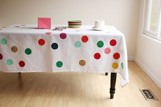 Colorful Tablecloth Create your own DIY table cloth! These colorful painted circles are ideal for your sprinkle party. Festival Diy, Diy Fest, Polka Dot Tablecloth, Tablecloth Diy, Tablecloths, Table Linens, Diy Party Dekoration, Diy Confetti, Paper Confetti