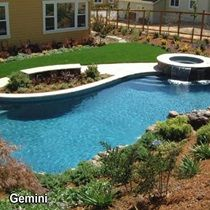 Tr s grande piscine avec chute d versant dans celle ci permacon piscine p - Jacuzzi exterieur enterre ...