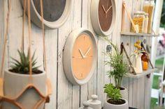 שעון קיר בטון ועור חום בהיר מחוגים בלבן I עיצוב הבית I אקססוריז לבית I שעון קיר…