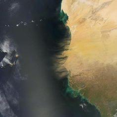 Un'immagine polverosa  Fotografia di Jesse Allen, NASA Earth Observatory  La polvere aleggia sopra la costa del Nord Africa in questa immagine scattata dal satellite Terra della NASA. I pennacchi di sabbia provengono da Senegal, Mauritania e Gambia, e il loro colore marrone e il loro aspetto cos&igr