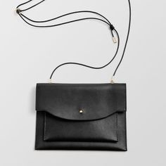 A soft-structured bag Leather Crossbody, Crossbody Bag, Leather Handbags, Minimalist Bag, Structured Bag, Black Leather Bags, Mode Style, Purses And Handbags, Handbags Online