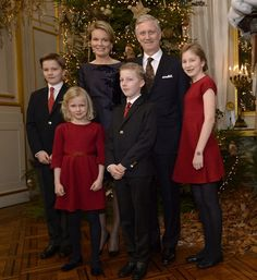 Koning Filip poseert samen met gezin rond de kerstboom - Gazet van Antwerpen: http://www.gva.be/cnt/dmf20151217_02025666/koning-filip-en-gezin-poseren-samen-rond-de-kerstboom?utm_source=facebook