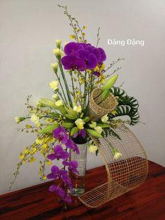 Modern Floral Arrangements, Church Flower Arrangements, Ikebana Arrangements, Beautiful Flower Arrangements, Unique Flowers, Floral Centerpieces, Silk Flowers, Beautiful Flowers, Deco Floral