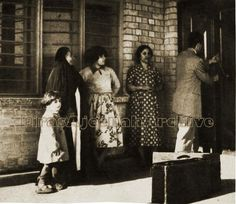 في هذه الصورة اللطيفة عام 1953 حالة لم نعد نسمع بها في هذا الزمان .. في الصورة موظف في شركة نفط العراق وعائلته يستلم دارا طابو اشترته له الشركة و يقسط تسديده من راتبه لعدة سنوات Iraqi Women, Baghdad, Vintage Ladies
