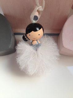 Porte clefs Poupette danseuse Perles de bois et tulle blanc à paillettes Wood Peg Dolls, Clothespin Dolls, Diy Cadeau Maitresse, Market Day Ideas, Dance Crafts, Tulle Poms, Pom Pom Crafts, Kokeshi Dolls, Fairy Dolls
