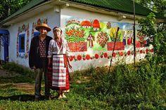 Художник Микола Дека з дружиною вирішили відродити давню традицію і розписати… Ukranian artist Mekola Deca and his wife revive the tradition of painting the outside of a house.