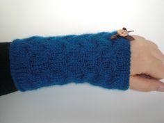 Blaue Zopfmuster-Armstulpen mit Holzknöpfchen von Pfiffiges aus Heu, Wolle und Holz auf DaWanda.com
