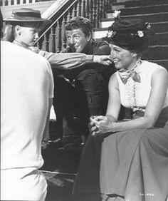 Julie Andrews, Dick Van Dyke, Karen Dotrice and Matthew Garber on break Mary Poppins Walt Disney, Disney Love, Disney Magic, Mary Poppins Musical, Mary Poppins 1964, Julie Andrews Mary Poppins, Mary Poppins And Bert, Matthew Garber, Iconic Movies