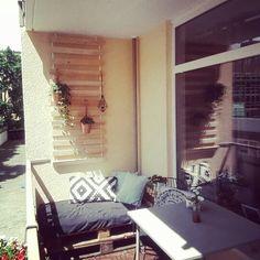 """Balkon mit Europaletten als Liegefläche, Stühle von Maison du Monde und Lattenrost """"Sultan Lade"""" von IKEA"""