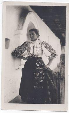 Žena vo sviatočnom kroji v Piešťanoch Folk Costume, Costume Dress, Costumes, Folk Embroidery, Folklore, Old Photos, Culture, Lady, Photography