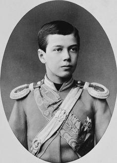 Czarevich Nicholas, depois, Nicolau II. Ele está olhando um pouco para a direita e está vestindo uniforme militar, incluindo dragonas e uma faixa. Cerca de 1885.