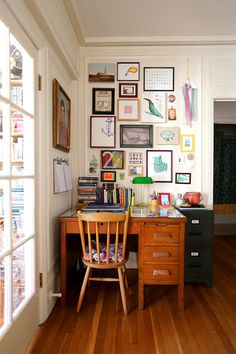 Living Room Art Small Spaces - How To Decorate A Tiny Home With Colorful Maximalist Style. Home Office Decor, Diy Home Decor, Vintage Office Decor, Office Ideas, Small Space Living, Small Space Design, How To Decorate Small Living Room, Small Desk Space, Furniture For Small Spaces