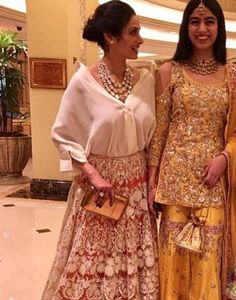 Sonam Kapoor And Arjun Kapoor Enjoying At Their 'Veere Di Wedding' Indian Look, Dress Indian Style, Indian Wear, Pakistani Couture, Pakistani Dresses, Lehenga Designs, Saree Blouse Designs, Ethnic Outfits, Indian Outfits