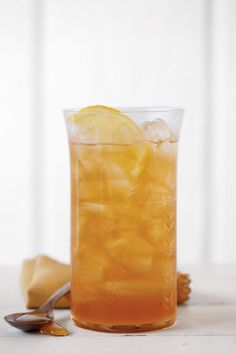 Ginger-and-Honey Sweet Tea - Refreshing Teas and Non-Alcoholic Sippers - Southernliving. Instead of sweetening your iced tea with sugar, use honey instead. Add some grated fresh ginger for a delightful twist. Recipe: Ginger-and-Honey Sweet Tea Sweet Tea Recipes, Iced Tea Recipes, Honey Recipes, Ginger And Honey, Ginger Tea, Fresh Ginger, Southern Sweet Tea, Southern Belle, Simply Southern