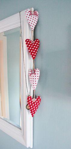 guirnalda de corazones rellenos decorados con botones y listones