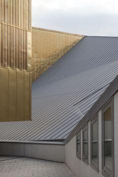 Auditori L'Atlàntida in Vic (Spain) by Josep Llinàs, Installer: Serausa, Copyright : Paul Kozlowski  #QuartzZinc #Architecture #Auditorium #Roofing #Spain #Zinc #VMZINC #Project #StandingSeam