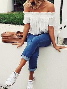 35 Trending And Girly Summer Outfit Ideas, Spring Outfits, Off the Shoulder White Top + Cuffed Jeans. White All Star Converse. Cute spring outfit with Jeans E Converse, Outfits With Converse, Casual Outfits, Denim Outfits, Cuffed Jeans, Cropped Jeans Outfit, Converse Style, White Converse, White Sneakers