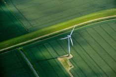 A wind turbine on a field of crops in Hamburg, Germany.  Photographer: Krisztian Bocsi/Bloomberg